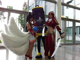Kathrin (r.) und Wilma in League-of-Legends-Outfits