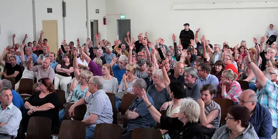 Very many hands went up when the question ,who was against the construction of two refugee residential buildings on the cemetery road.