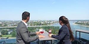 Cocktails mit Fernsicht gibt es in Konrad's Sky Bar im 17. Stock des Marriot-Hotels in Bonn.