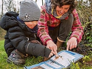 The book of the Förderverein Naturgut Ophoven provides tips on what parents and children can experience outdoors together.