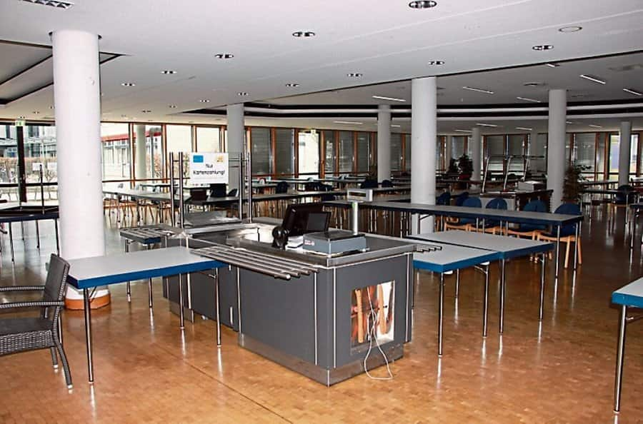 With no students on campus, the canteen at the Bonn-Rhein-Sieg University of Applied Sciences has no customers - that's why it has been closed since December (left).  The district court canteen, closed since Friday, is also popular with external visitors.