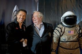 Baumgartner gibt U.S. Air Force Colonel a.D. Joe Kittinger die Hand.