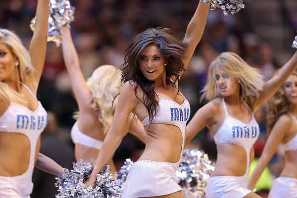 Die Cheerleader feuern die Dallas Mavericks an.